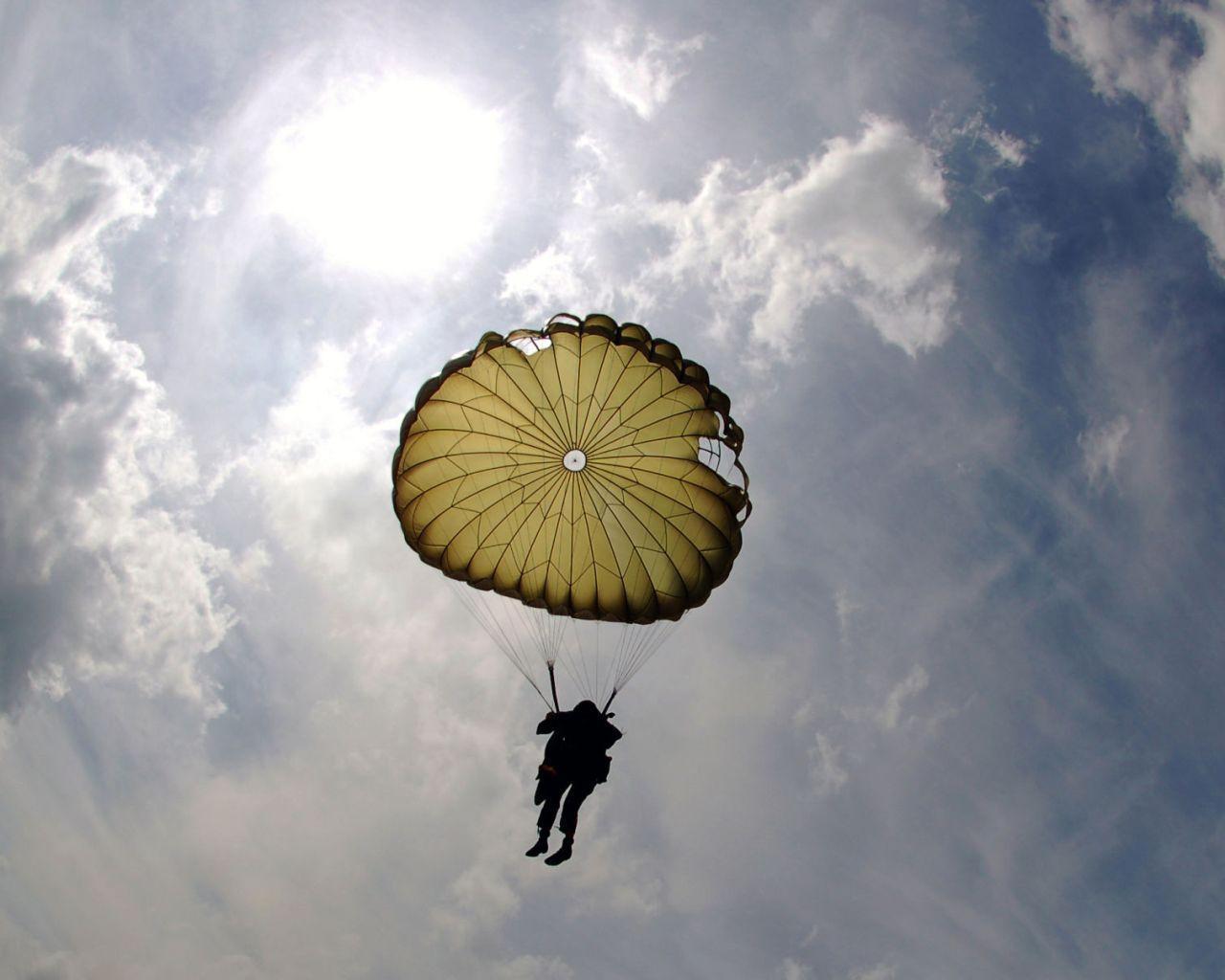 Dlaczego warto skoczyć ze spadochronem?